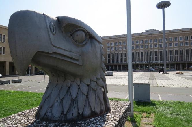 Eagle Square und Parkplatz vor der Abfertigungshalle