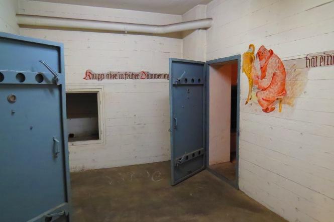 deutsche Bunkerräume mit Wilhelm-Busch-artigen Wandmalereien