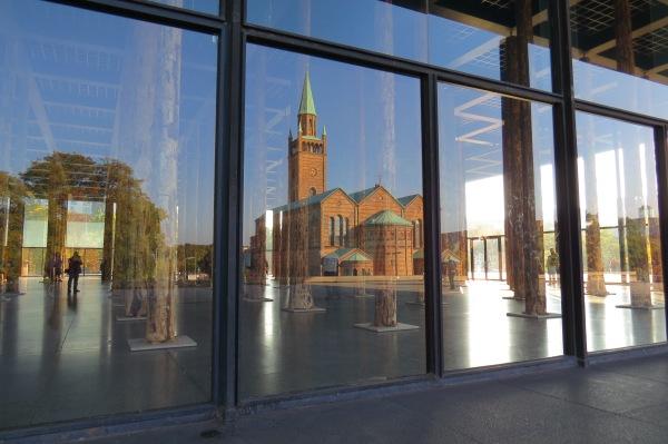 Spiegelung der St.-Matthäus-Kirche