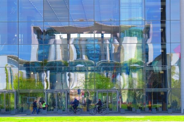 Spiegelung des Bundeskanzleramtes im Fenster des Paul-Löbe-Hauses